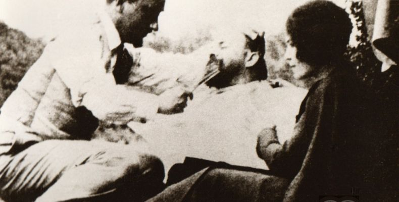 Елисавета Багряна, Боян Пенев и Н. Михов в Белвю, 1925 г. Държател Национален литературен музей