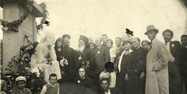 """Откриване на паметника """"Майка"""" в двора на родния дом на Димчо Дебелянов в Копривщица, 1934 г. Държател Институт за литература – БАН"""