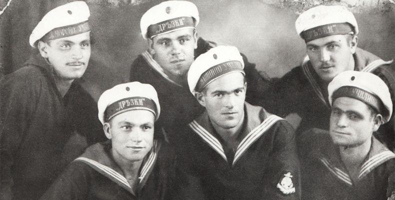 """Никола Вапцаров с моряци от миноносеца """"Дръзки"""""""