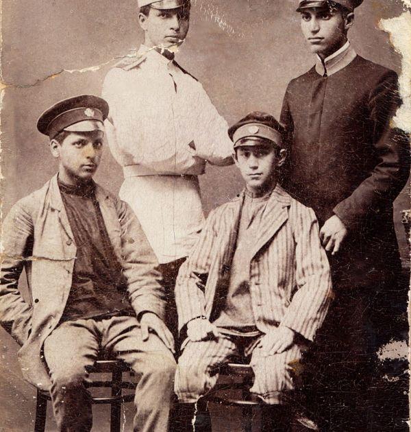 Христо Смирненски като ученик с Тома Измирлиев, Борис и Сашо Настеви