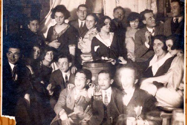 Фани Попова-Мутафова, Чавдар Мутафов и други български писатели в Мюнхен на рождения ден на Райко Алексиев. Държател Национален литературен музей