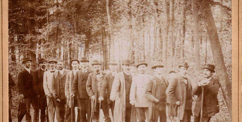 Пенчо Славейков и други туристи сред природата 1(2). Държател Национален литературен музей