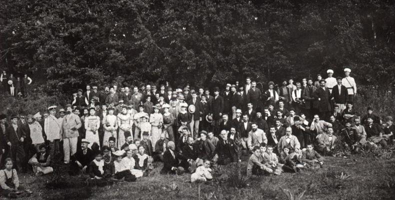 Пенчо Славейков и Алеко Константинов на същото честване в Самоков, 1894 г. (на последната редица, прегърнати, Алеко – с бяла шапка, Пенчо – с черна). Държател Институт за литература – БАН