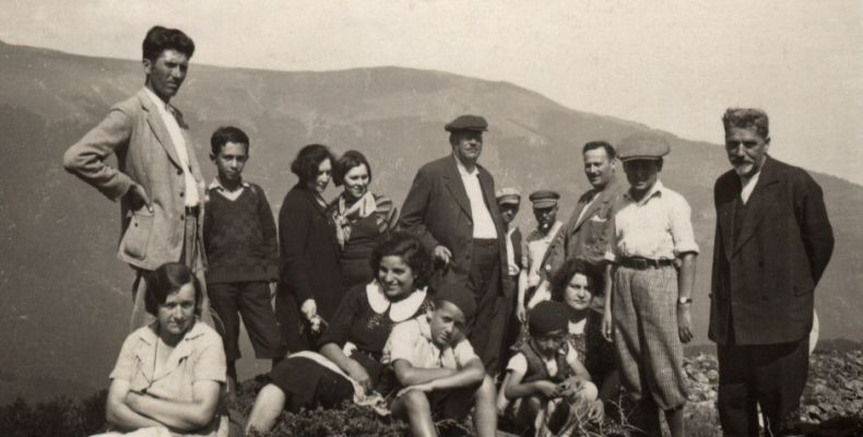 Антон Страшимиров с група хора под връх Ком над Берковица. Държател Институт за литература – БАН