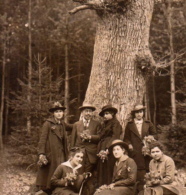 Д-р Кръстев в компания на елегантни дами сред природата