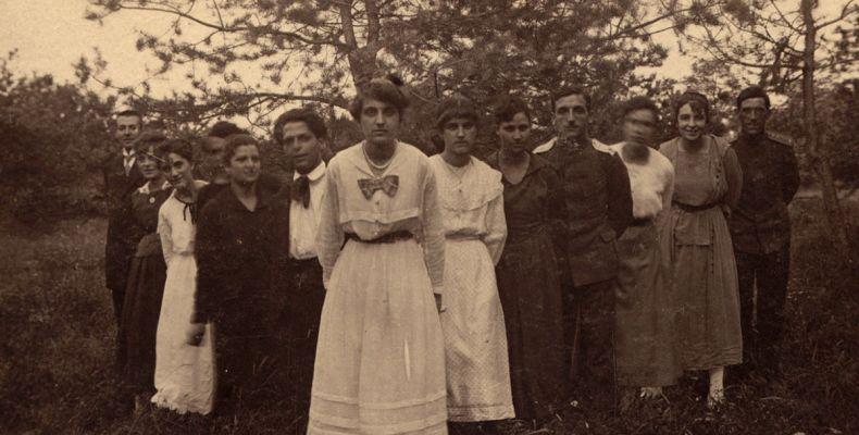 Христо Смирненски и група туристи в Банки, 1920 г. Държател Институт за литература – БАН
