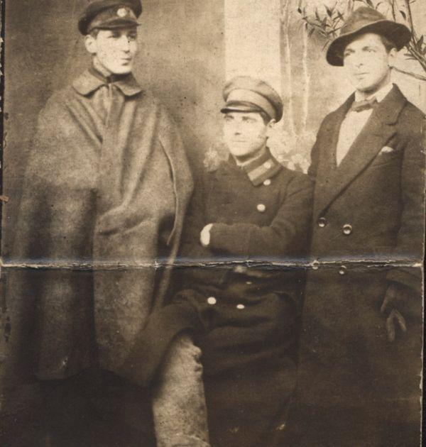 Христо Смирненски с Борис Понев и Аспарух Чичеклиев в Плевен, 1918 г. Държател Институт за литература – БАН
