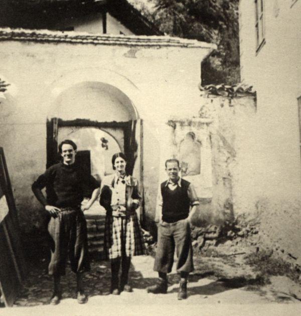 Никола Вапцаров с Бойка, Антон Попов и други на Черепишкия манастир, 1939 г. 2(3), Държател Институт за литература – БАН