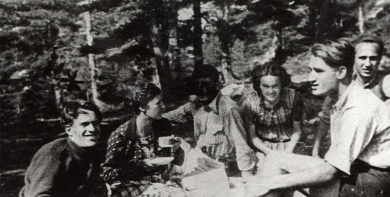 Никола Вапцаров с Бойка, Антон Попов и други на Черепишкия манастир, 1939 г. 3(3), Държател Институт за литература – БАН