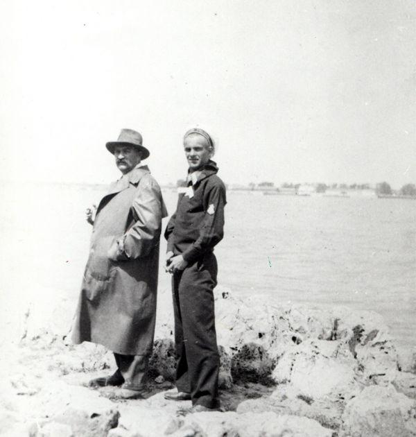 Никола Вапцаров с баща си във Варна, 1929 г. Държател Институт за литература – БАН