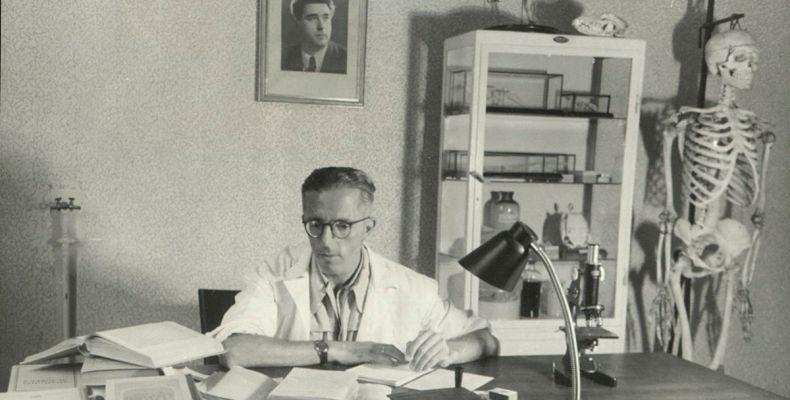 Димитър Димов в кабинета си
