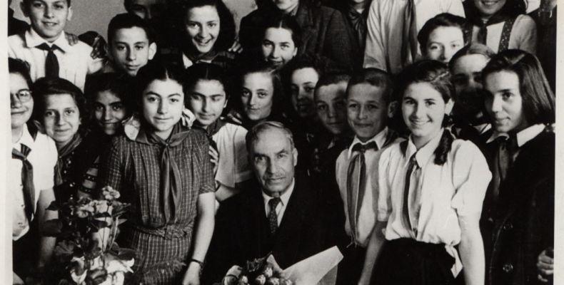 Елин Пелин сред септемврийчета в училище. Държател Институт за литература – БАН