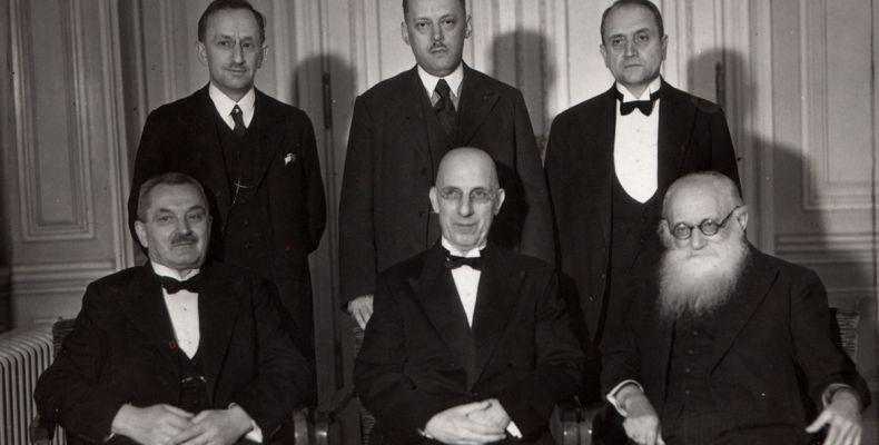 Кирил Христов между членовете на юбилейния комитет, Прага 1(2). Държател Институт за литература – БАН