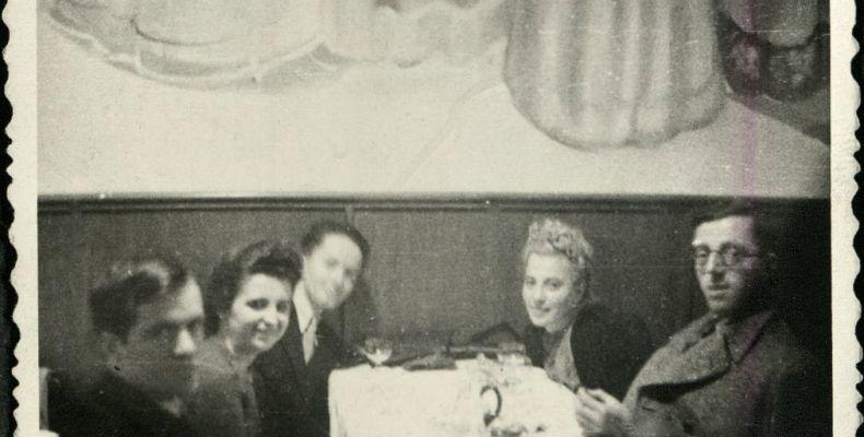 Димитър Димов и Нели Доспевска, Димитър Доспевски, Елена Кехайова и Б. Костов в софийски ресторант, ок. 1940–1941 г. Държател Национален литературен музей