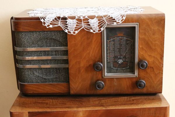 """Радиоапарат от къщата музей """"Никола Вапцаров"""" в София. Държател Национален литературен музей"""