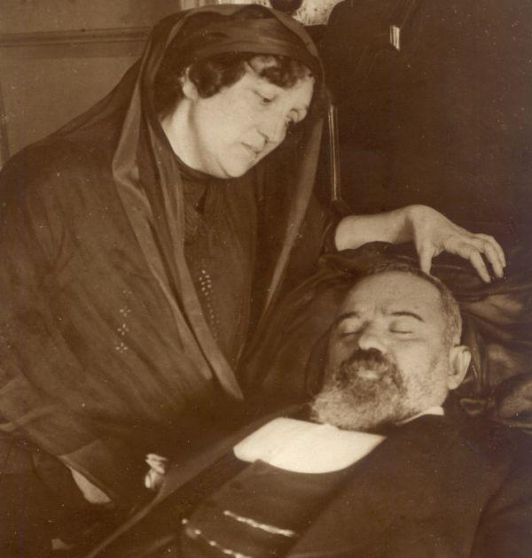 Мара Белчева и покойният Пенчо Славейков, 1912 г. Държател Национален литературен музей